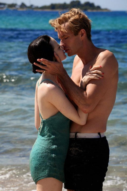 Edward e Wallis: i protagonisti James D'Arcy e Andrea Riseborough in un momento di tenerezza del film