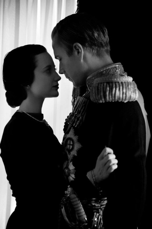 Edward e Wallis: i protagonisti James D'Arcy e Andrea Riseborough in una tenera immagine del film