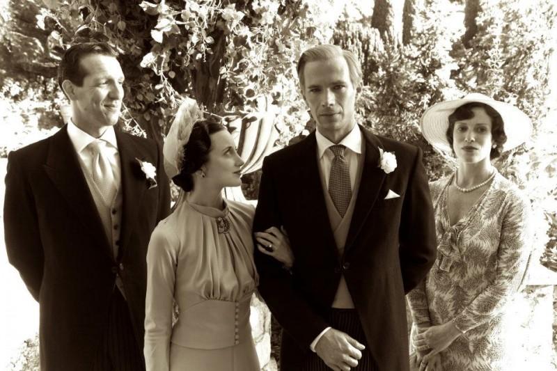 Edward e Wallis: James D'Arcy, Andrea Riseborough, Liberty Ross e Nick Smithers in un momento in bianco e nero del film