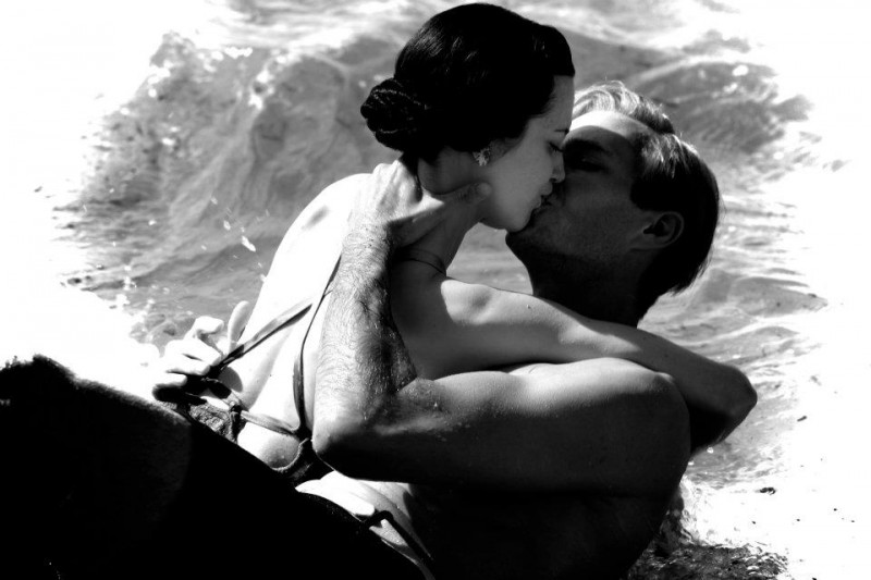 Edward e Wallis: James D'Arcy e Andrea Riseborough in un'appassionata scena del film
