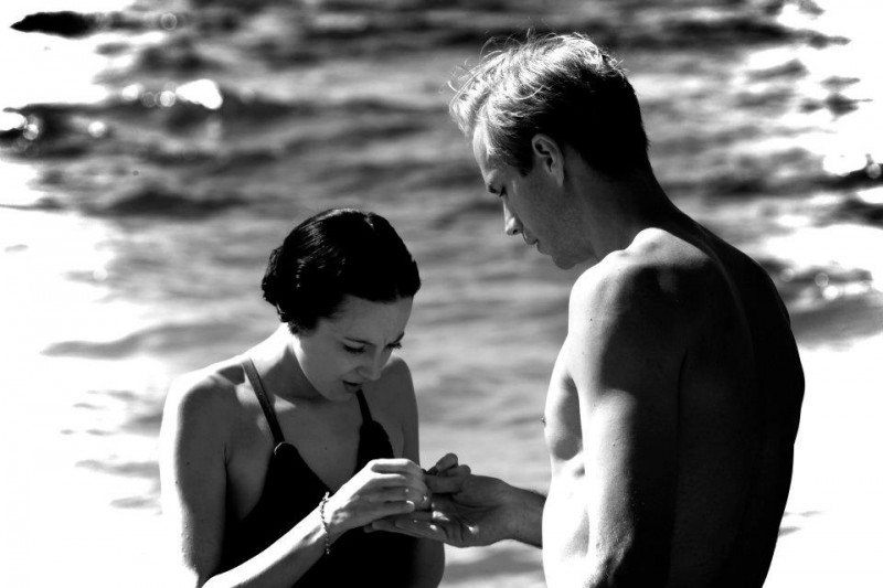 Edward e Wallis: James D'Arcy e Andrea Riseborough in un momento in bianco e nero del film