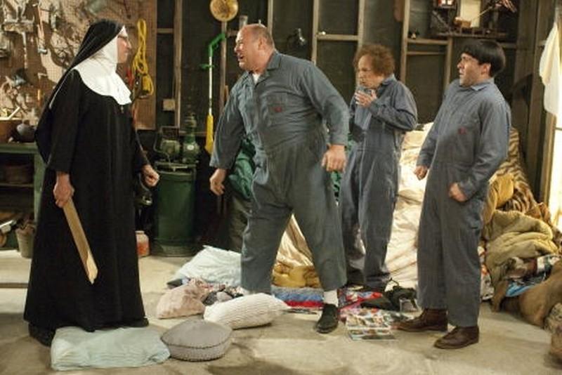 I tre marmittoni: Sean Hayes, Will Sasso e Chris Diamantopoulos picchiati da Larry David vestito da suora in una scena