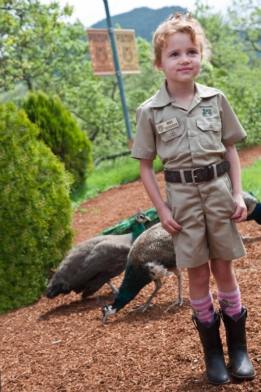 La mia vita è uno zoo: Maggie Elizabeth Jones con i suoi amici pavoni in una scena