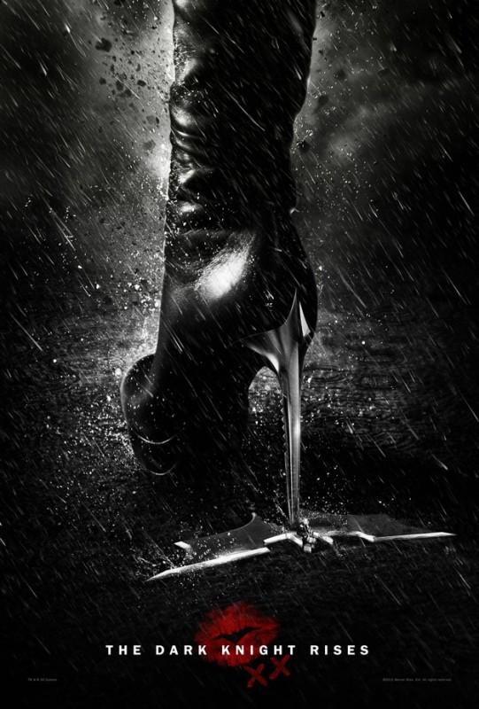 Il cavaliere oscuro - Il ritorno: un originale manifesto del film occupato dallo stiletto di Catwoman