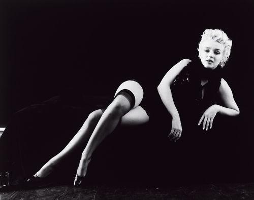 Marilyn Monroe in un celebre scatto di Milton Greene (la famosa Black Sitting del 1956)