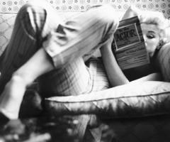 Marilyn legge un libro