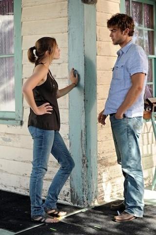 Chace Crawford con Elizabeth Olsen in una scena di Peace, Love, & Misunderstanding