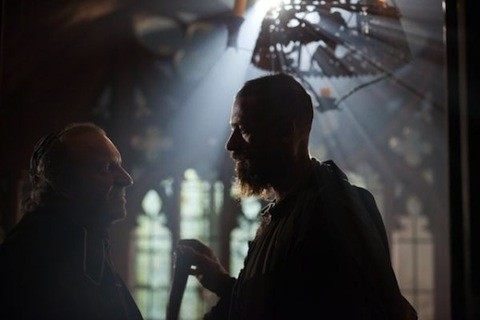 Hugh Jackman a colloquio con Colm Wilkinson in una scena di Les Misérables