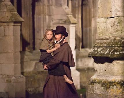 Hugh Jackman porta in braccio la figlia adottiva in una drammatica scena di Les Misérables