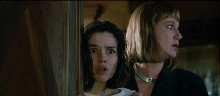 Cristina Marsillach con Daria Nicolodi in una scena di Opera (1987)