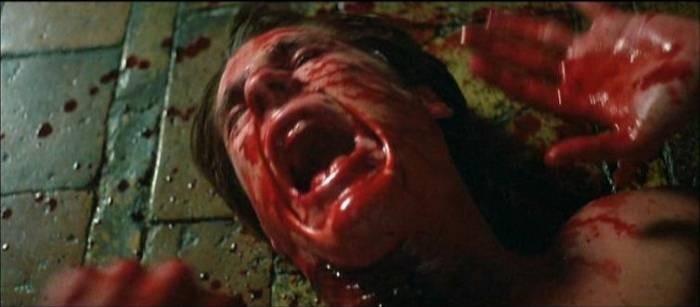 William McNamara in una sanguinosa scena del film Opera (1987)