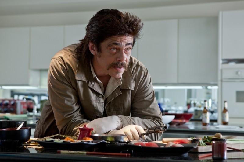 Benicio Del Toro in una scena dell'action thriller Le belve