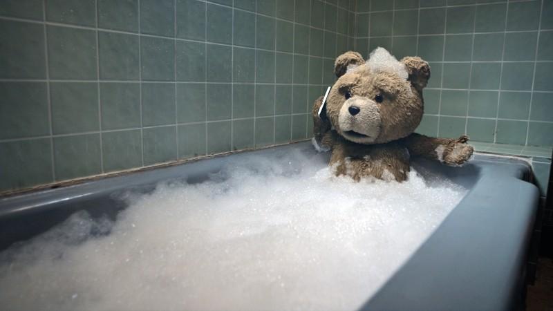 Ted: l'intrepido orsacchiotto si concede un bagno rilassante in una scena del film