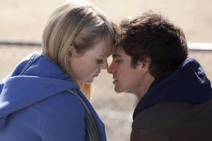 The Amazing Spider-Man: Andrew Garfield ed Emma Stone in una tenera scena del film