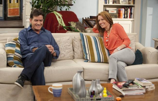 Anger Management: Charlie Sheen e Shawnee Smith in una scena della serie