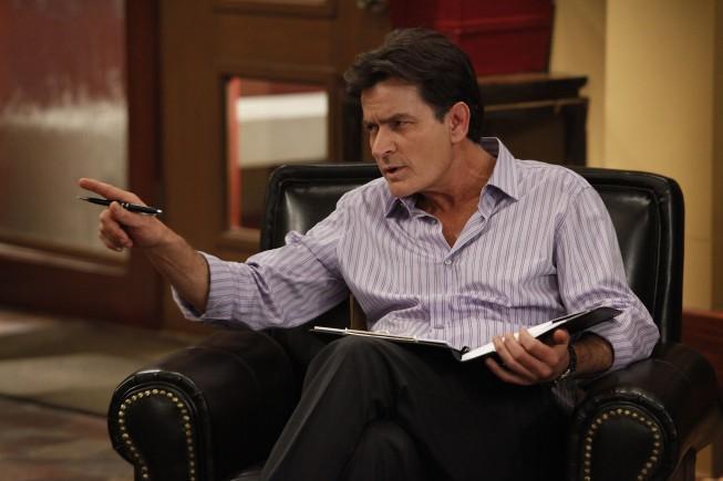 Anger Management: Charlie Sheen in una foto di scena della serie