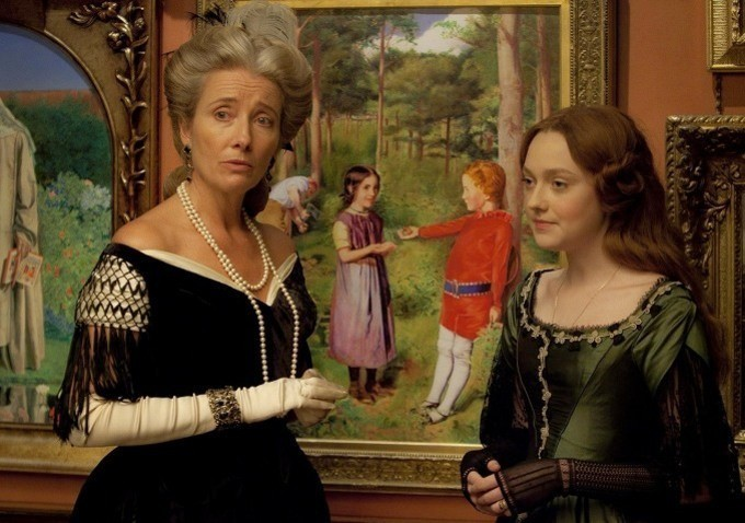 Emma Thompson e Dakota Fanning in una scena del biopic Effie