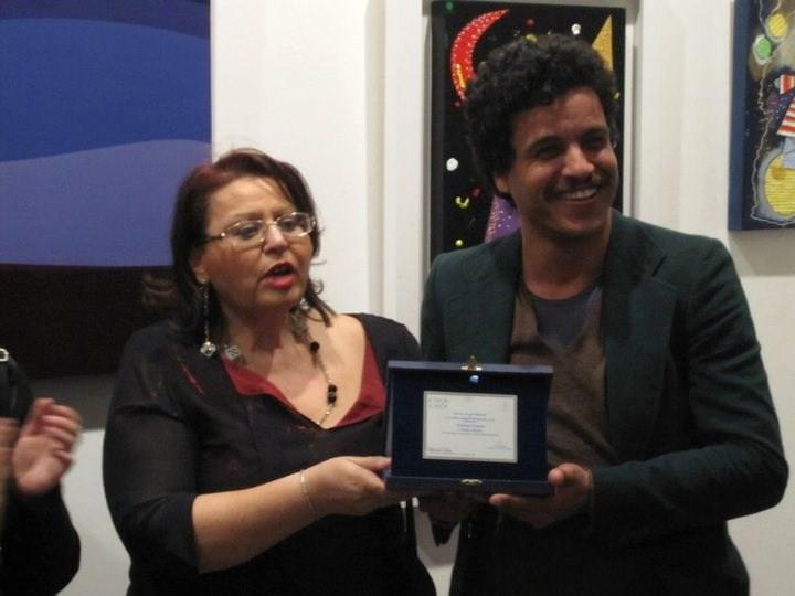 Mohamed Zouaoui  con il premio ricevuto all'accadenia dell'arte Sicilia 2010