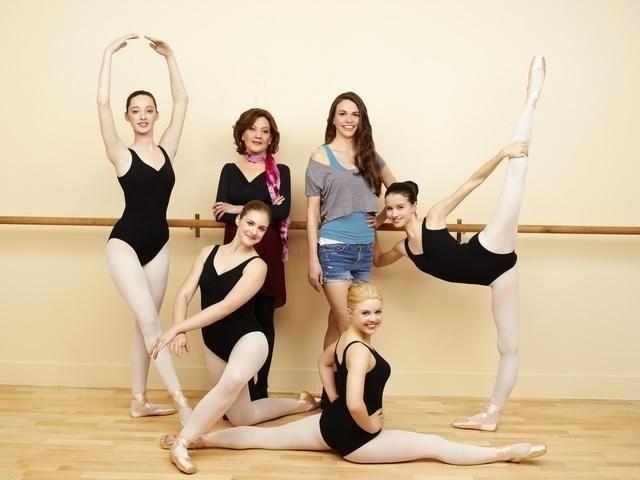 Bunheads: Sutton Foster, Emma Dumont, Kaitlyn Jenkins e Bailey Buntain in una foto promozionale