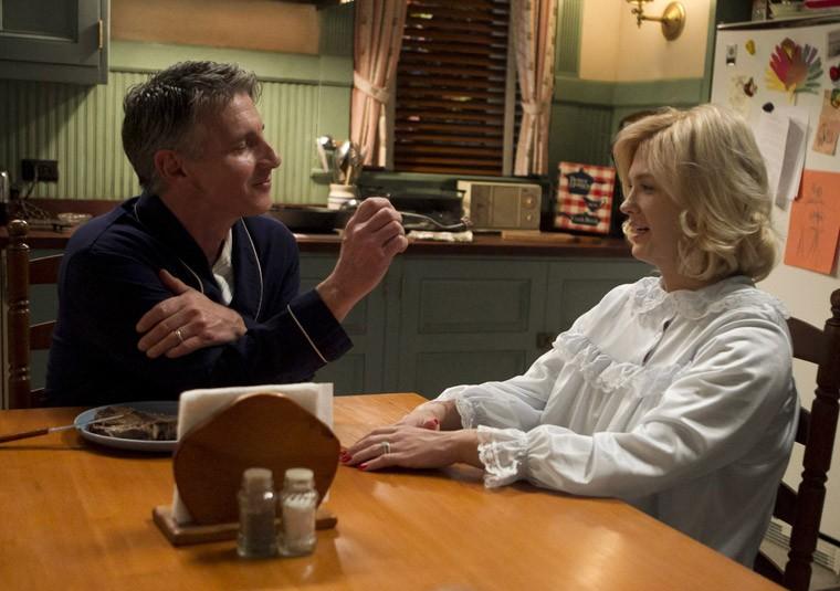Christopher Stanley e January Jones nell'episodio Dark Shadows della quinta stagione di Mad Men