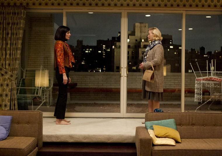 Jessica Parè e January Jones nell'episodio Dark Shadows della quinta stagione di Mad Men