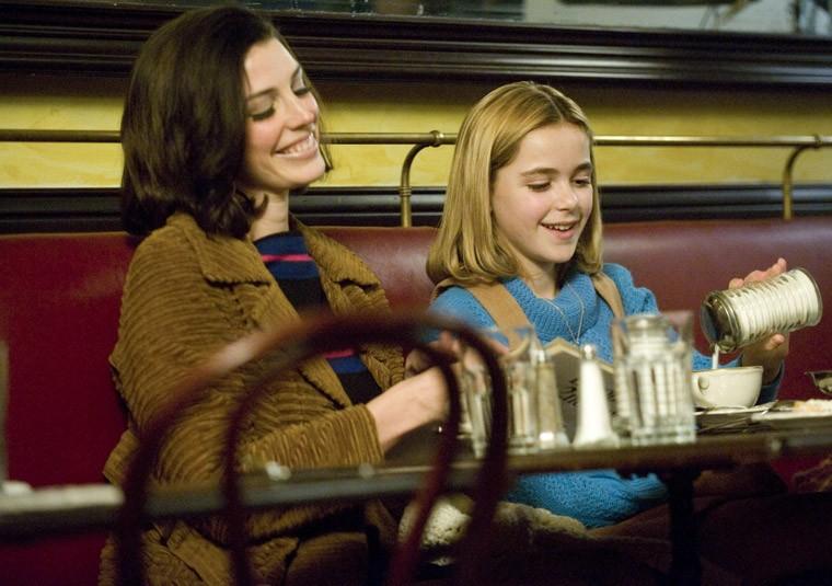 Jessica Paré e Kiernan Shipka nell'episodio Commissions and Fees della quinta stagione di Mad Men