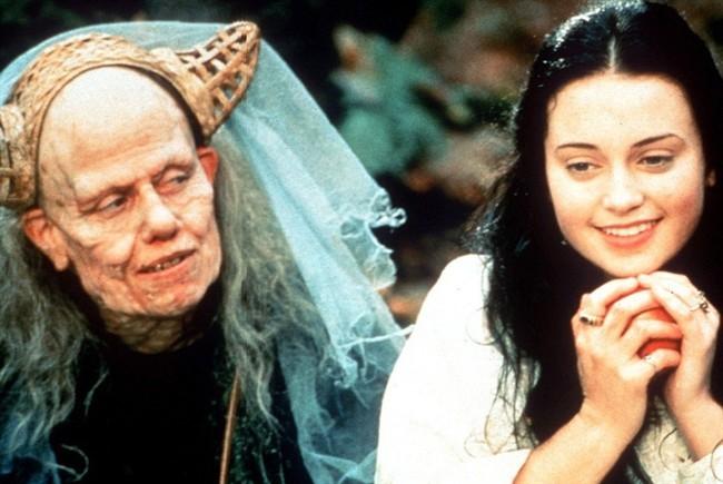 Sigourney Weaver e Monica Keena nel film Biancaneve nella foresta nera