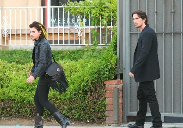 Imogen Poots e Christian Bale camminano insieme durante le riprese di Knight of Cups