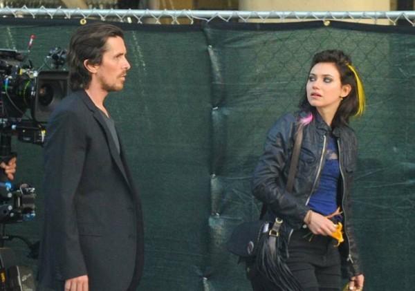 Imogen Poots si rivolge a Christian Bale durante le riprese di Knight of Cups
