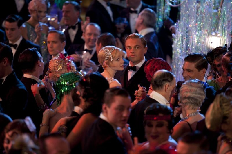 Leonardo DiCaprio e Carey Mulligan danzano in mezzo a una folla in The Great Gatsby
