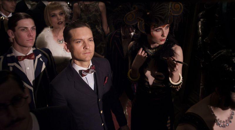Tobey Maguire circondato dagli avventori del locale cuore degli anni ruggenti in una scena di The Great Gatsby