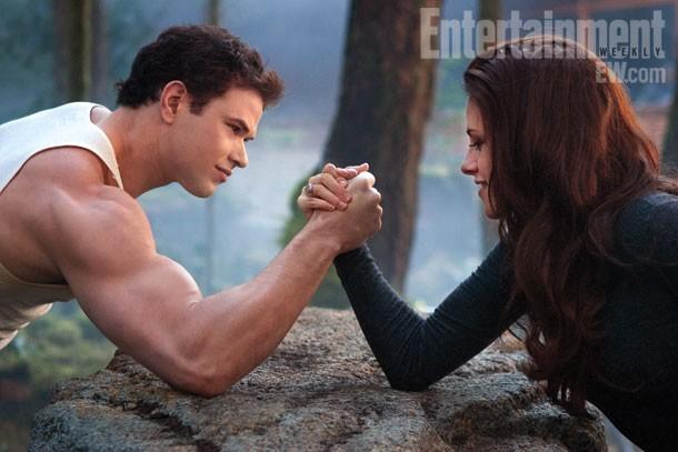 Braccio di ferro tra Kellan Lutz e Kristen Stewart in Twilight Saga: Breaking Dawn - Parte 2