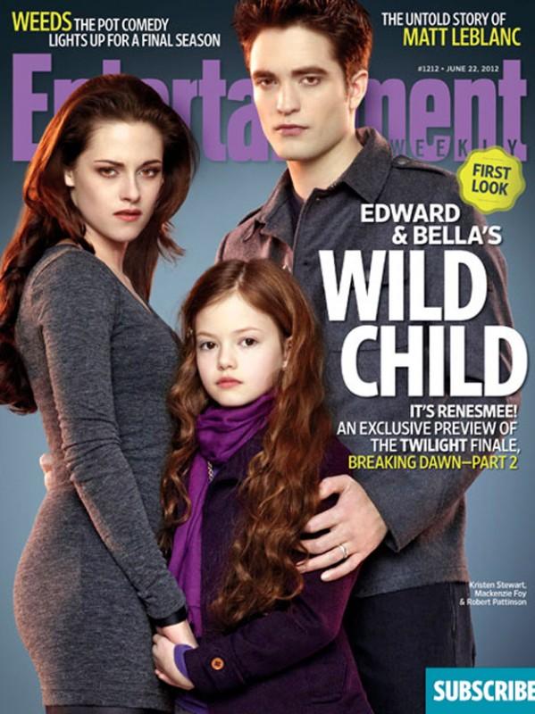 La famiglia Cullen al completo: Robert Pattinson, Kristen Stewart e la loro figlioletta Mackenzie Foy sulla copertina di Enterteinment Weekly