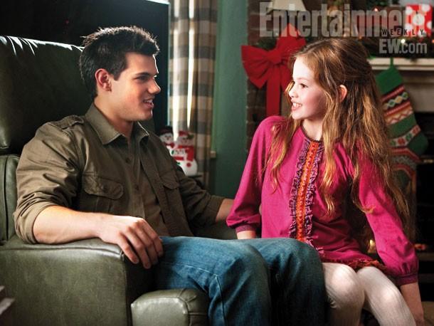 Mackenzie Foy e Taylor Lautner in una scena di Twilight Saga: Breaking Dawn - Parte 2