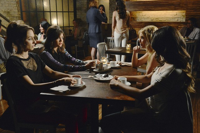 Pretty Little Liars: Troian Bellisario, Lucy Hale, Ashley Benson e Shay Mitchell nell'episodio Birds of a Feather