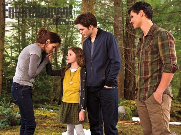 Robert Pattinson, Kristen Stewart, Mackenzie Foy e Taylor Lautner in una scena di Twilight Saga: Breaking Dawn - Parte 2