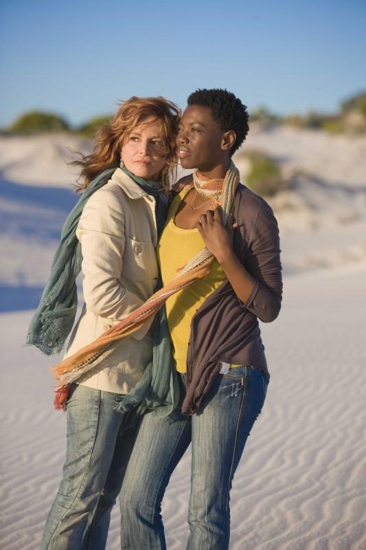 Il console italiano: Giuliana De Sio e Lira Kohl in una scena del film