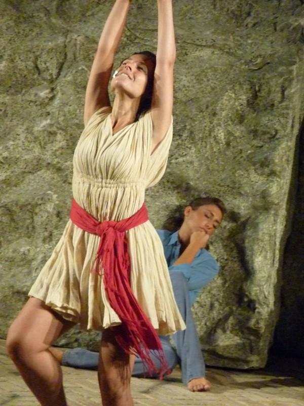 LORENZA CAROLEO e (alle spalle) Stefania Bifani in una scena di Upupa My Dream is My Rebel King