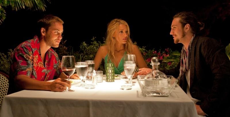 Le belve: Blake Lively, Taylor Kitsch e Aaron Johnson si godono una cena in una scena del film