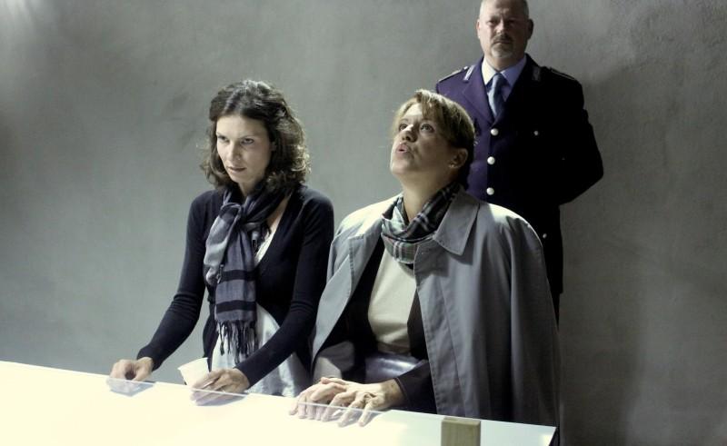 Cronaca di un Assurdo Normale: Chiara Ricci e Bianca Toso in una scena