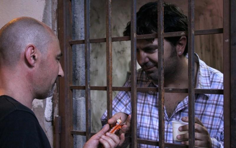 Cronaca di un Assurdo Normale: Stefano Calvagna dietro le sbarre in una scena del film