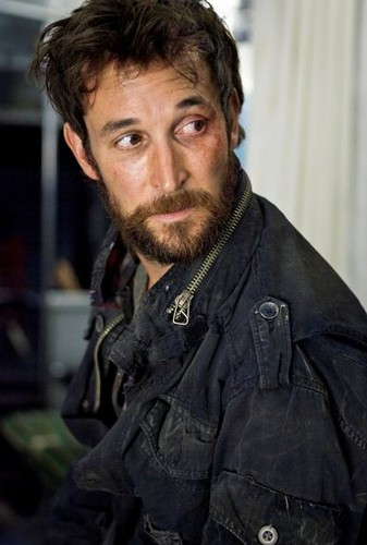 Falling Skies: Noah Wyle è Tom Mason nell'episodio Shall We Gather at the River
