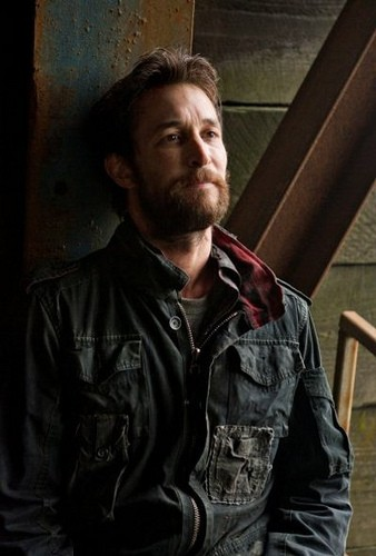 Falling Skies: Noah Wyle in un'immagine dell'episodio Shall We Gather at the River