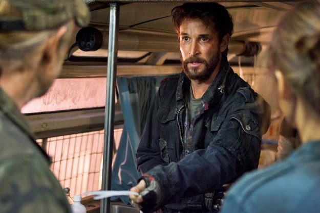 Falling Skies: Noah Wyle in una scena dell'episodio Shall We Gather at the River