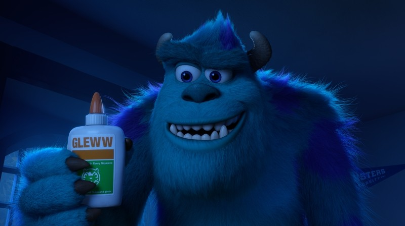 Monsters University: il peloso amico Sulley alle prese con la colla in una scena del film