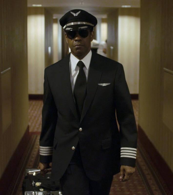 Flight: il protagonista del thriller Denzel Washington in una scena del film diretto da Robert Zemeckis