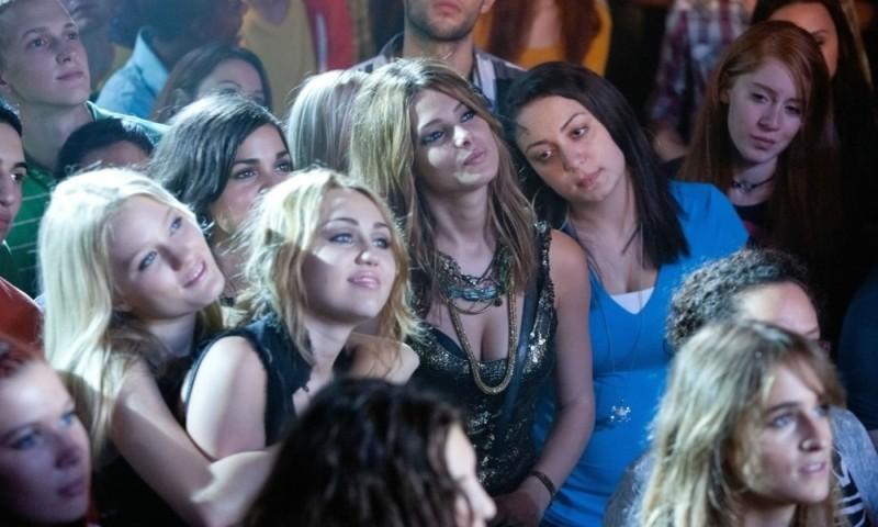 LOL - Pazza del mio migliore amico: Miley Cyrus, Ashley Greene e Ashley Hinshaw durante un concerto in una scena