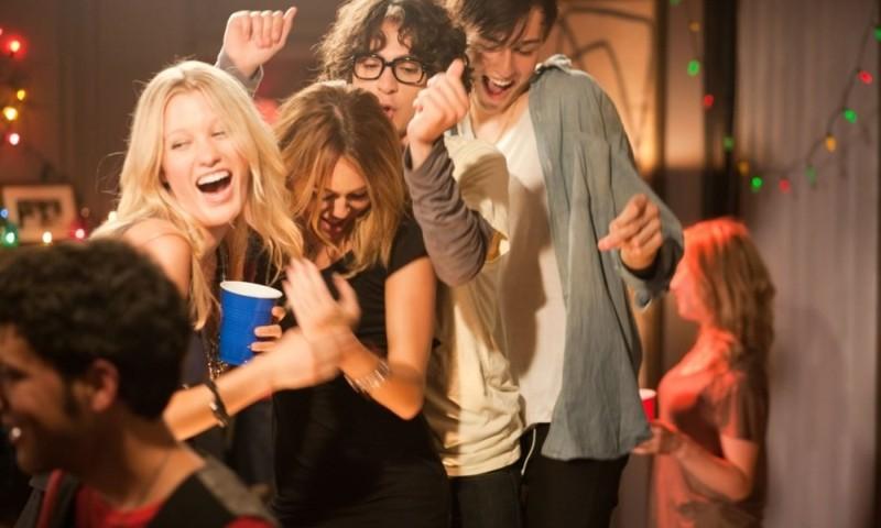 LOL - Pazza del mio migliore amico: Miley Cyrus, Douglas Booth, Adam G. Sevani e Ashley Hinshaw ballano in una scena del film