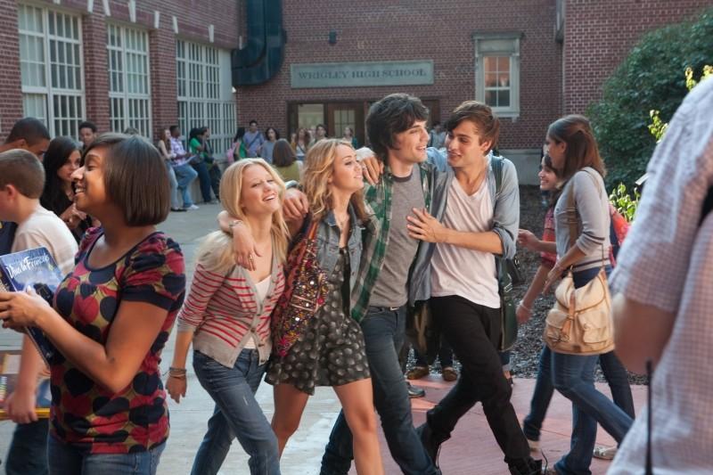 LOL - Pazza del mio migliore amico: Miley Cyrus, Douglas Booth, George Finn e Ashley Hinshaw in una scena del film