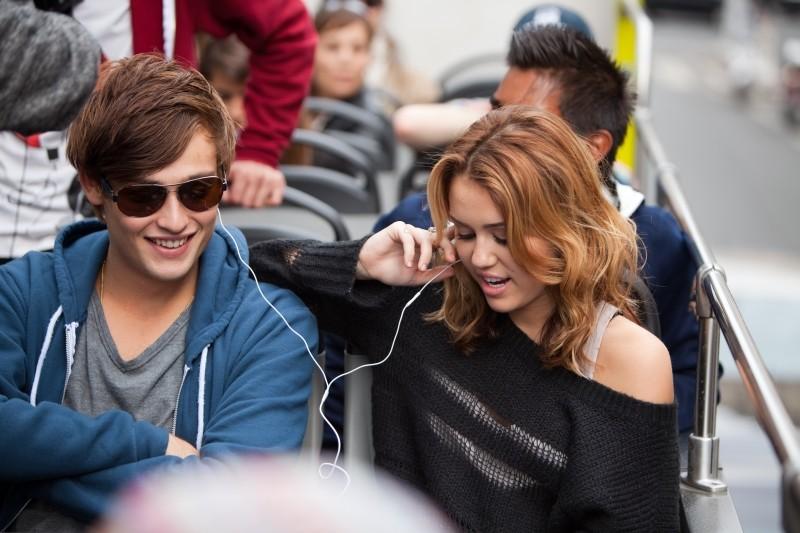 LOL - Pazza del mio migliore amico: Miley Cyrus e Douglas Booth in una scena